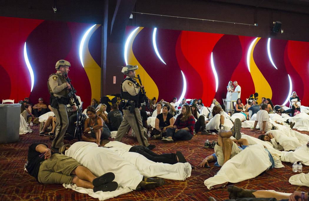 """La policía de Las Vegas en una zona del centro de convenciones durante el """"Cierre"""" del Tropicana Las Vegas después de una situación de francotirador activa que dejó 50 muertos y más de 200 he ..."""