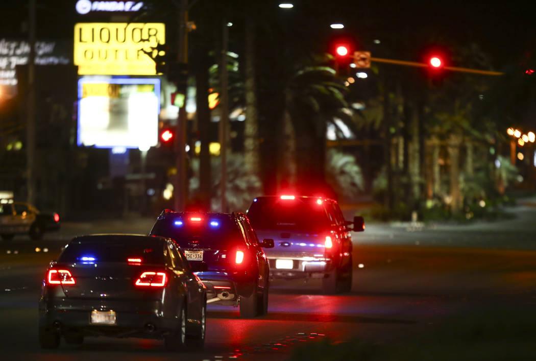 Los vehículos de emergencia bajan por Las Vegas Boulevard tras una situación activa de disparos que dejó 50 muertos y más de 200 heridos en Las Vegas Strip durante las primeras horas del lunes ...