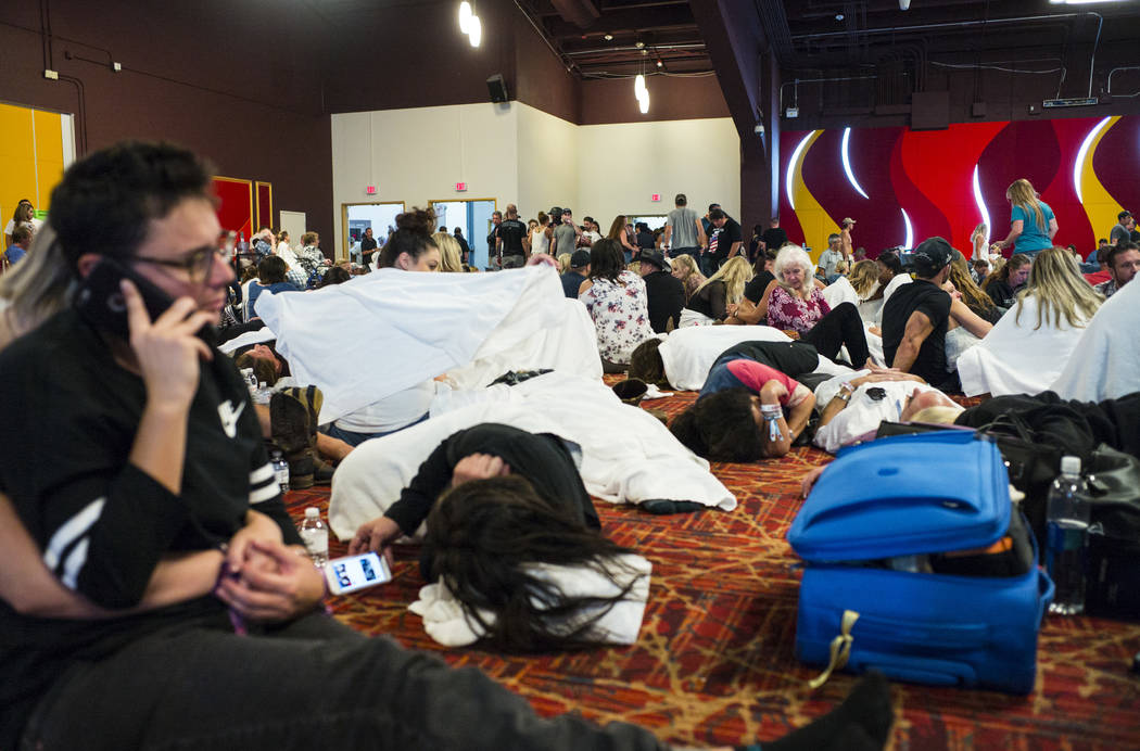 """La gente se relaja en un área del centro de convenciones durante el """"Cierre"""" en el Tropicana Las Vegas después de una situación de tirador activo que dejó 50 muertos y más de 200 heridos en L ..."""