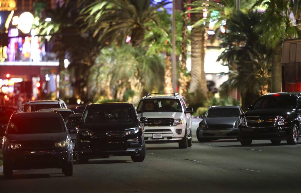 Autos estacionados en Las Vegas Boulevard tras una activa situación de disparos que dejó 50 muertos y más de 200 heridos en Las Vegas Strip durante las primeras horas del lunes, 2 de octubre de ...