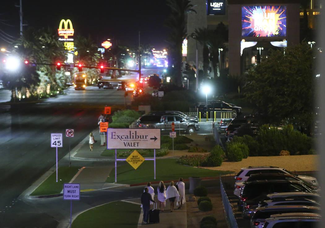 Turistas regresan a sus hoteles después de una activa situación de disparos que dejó 50 muertos y más de 200 heridos en Las Vegas Strip durante las primeras horas del lunes, 2 de octubre de 20 ...