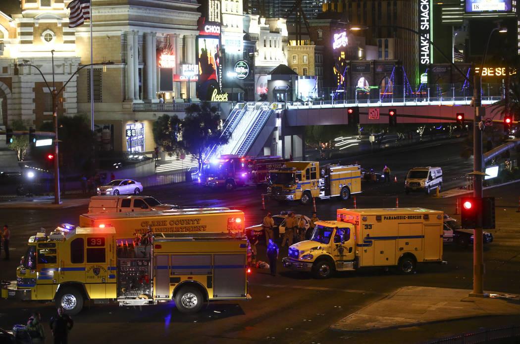 Policias y equipos de emergencia durante una situación activa de disparos que dejó 50 muertos y más de 200 heridos en Las Vegas Strip durante las primeras horas del lunes, 2 de octubre de 2017. ...