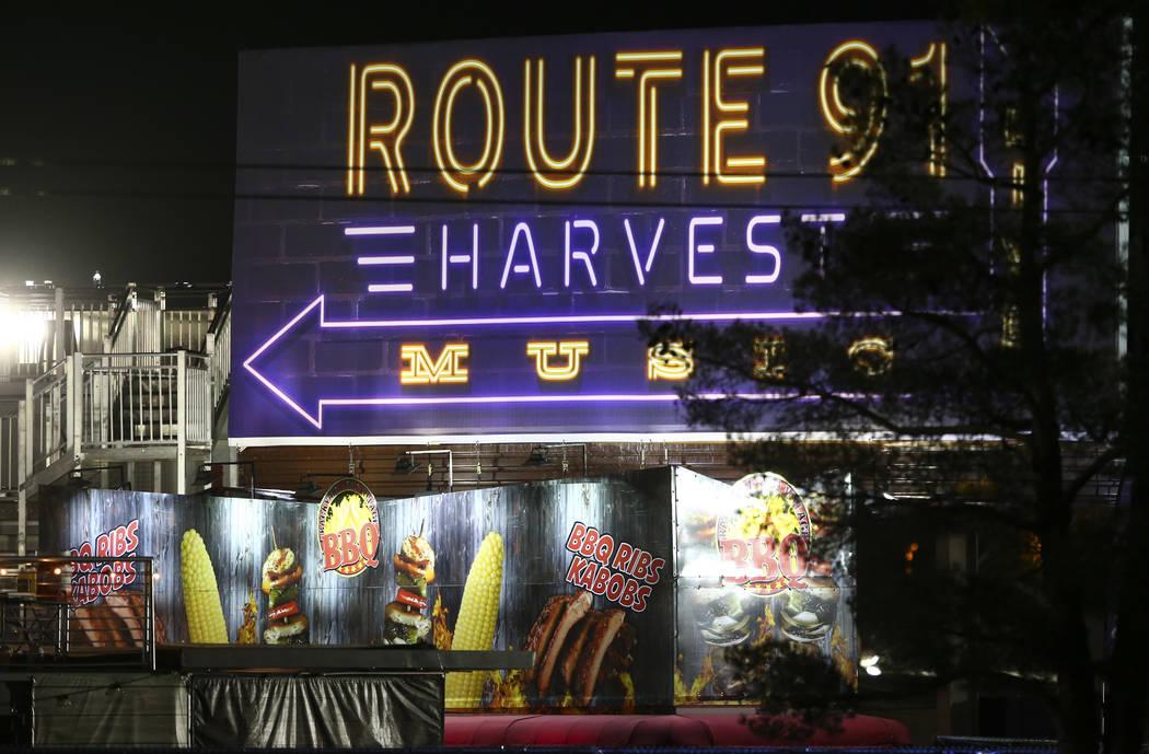 El lugar del festival Route 91 se levantan en el fondo mientras que la policía de Las Vegas investiga después de una situación activa del tirador que dejó 50 muertos y más de 200 heridos en e ...