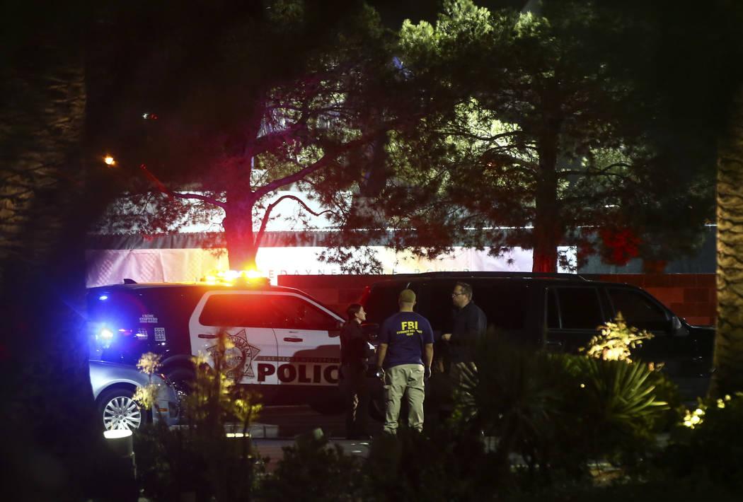 La policía de Las Vegas investiga tras una situación activa  de disparos que dejó 50 muertos y más de 200 heridos en Las Vegas Strip durante las primeras horas del lunes, 2 de octubre de 2017. ...