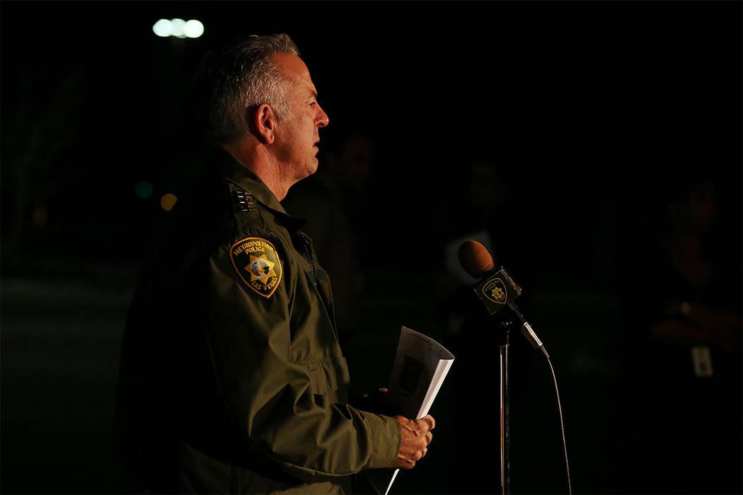 El Sheriff Joseph Lombardo del Departamento de Policía Metropolitana de Las Vegas se dirige a los medios de comunicación fuera del cuartel general del Departamento de Policía de Las Vegas en La ...