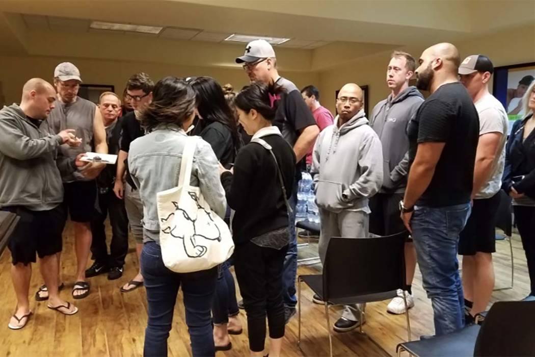 En las secuelas del tiroteo mortal del domingo en el Strip de Las Vegas, la gente espera para donar sangre en 7135 W. Sahara Ave., el lunes 2 de octubre de 2017. (Michael Shoro/Las Vegas Review-Jo ...