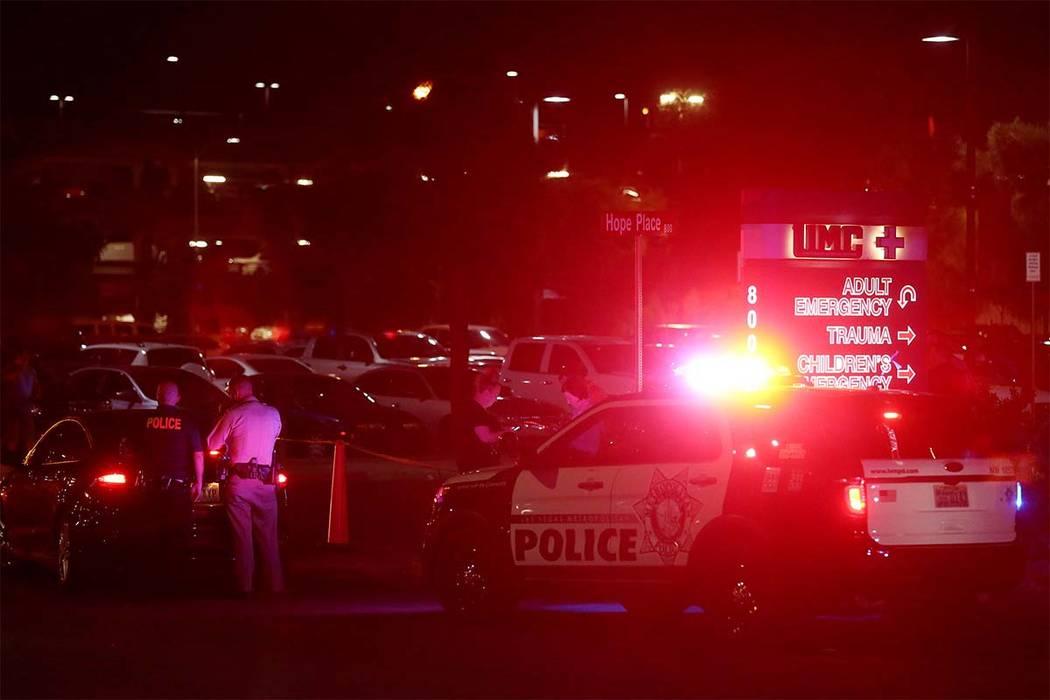 Agentes presentes fuera del Centro de Trauma del Centro Médico de la Universidad en Charleston Boulevard en Las Vegas, el domingo 1 de octubre de 2017. (Bridget BennettLas Vegas Review-Journal) @ ...