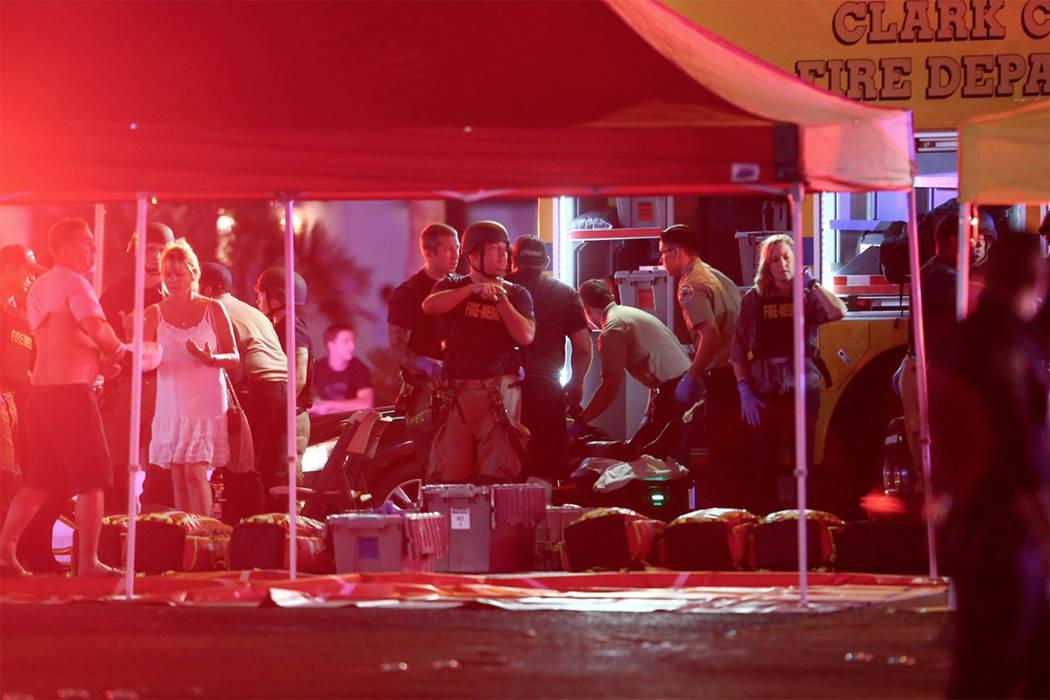 Médicos atienden a heridos mientras la policía de Las Vegas responde a una situación activa de disparos en el Strip de Las Vegas en Las Vegas el domingo 1 de octubre de 2017. (Chase Stevens/Las ...