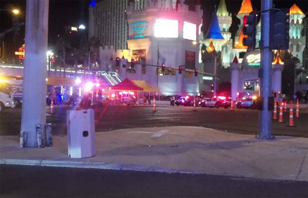 La policía de Las Vegas converge en la esquina de Tropicana Avenue y Las Vegas Boulevard.