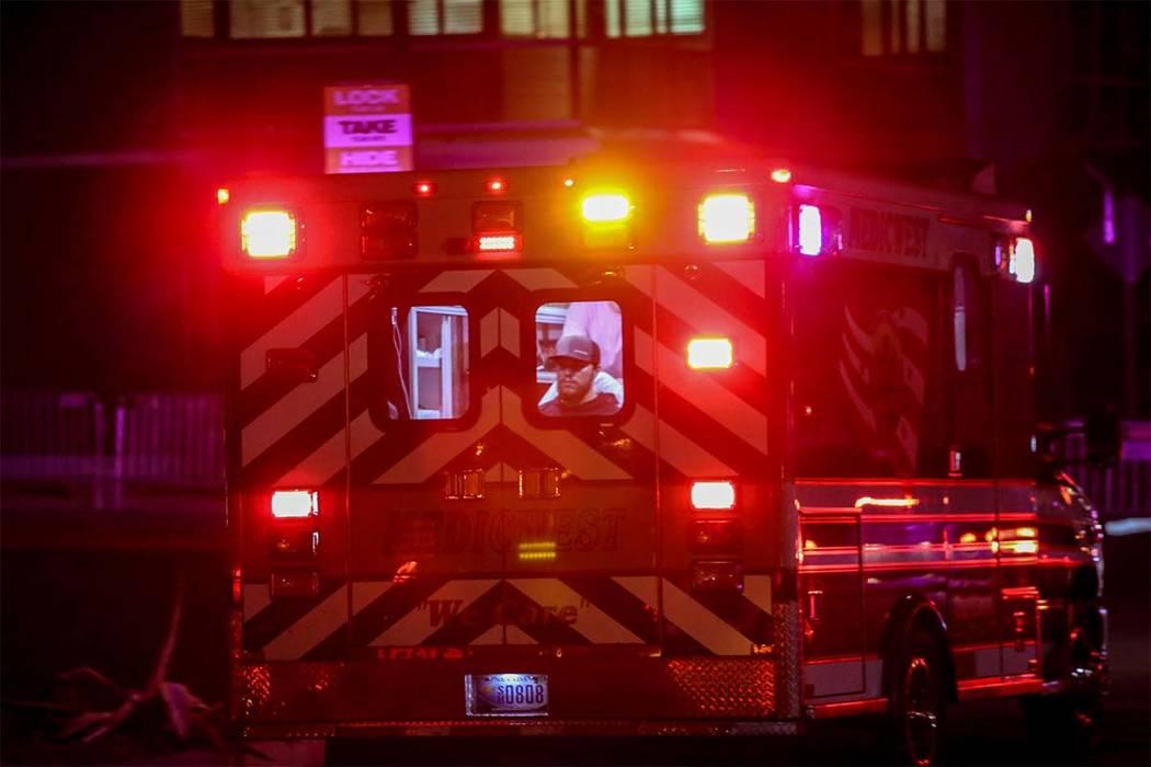 Ambulancia con un paciente dentro se apresura a la sala de emergencias en el hospital y el centro médico de Sunrise después de que un tiroteo ocurrió en El Strip de Las Vegas, lunes, 2 de octub ...