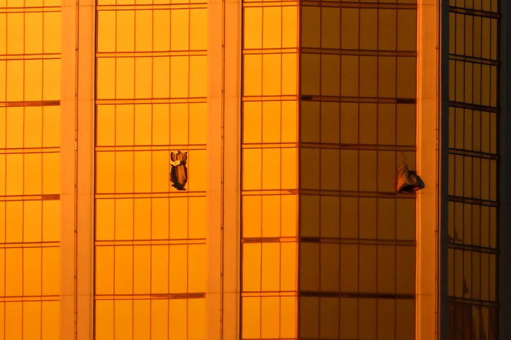 Las ventanas de Mandalay Bay están rotas después de un tiroteo, dejando 50 muertos y más de 400 heridos en Las Vegas, el lunes 2 de octubre de 2017.  Joel Angel Juarez Las Vegas Review-Journal  ...