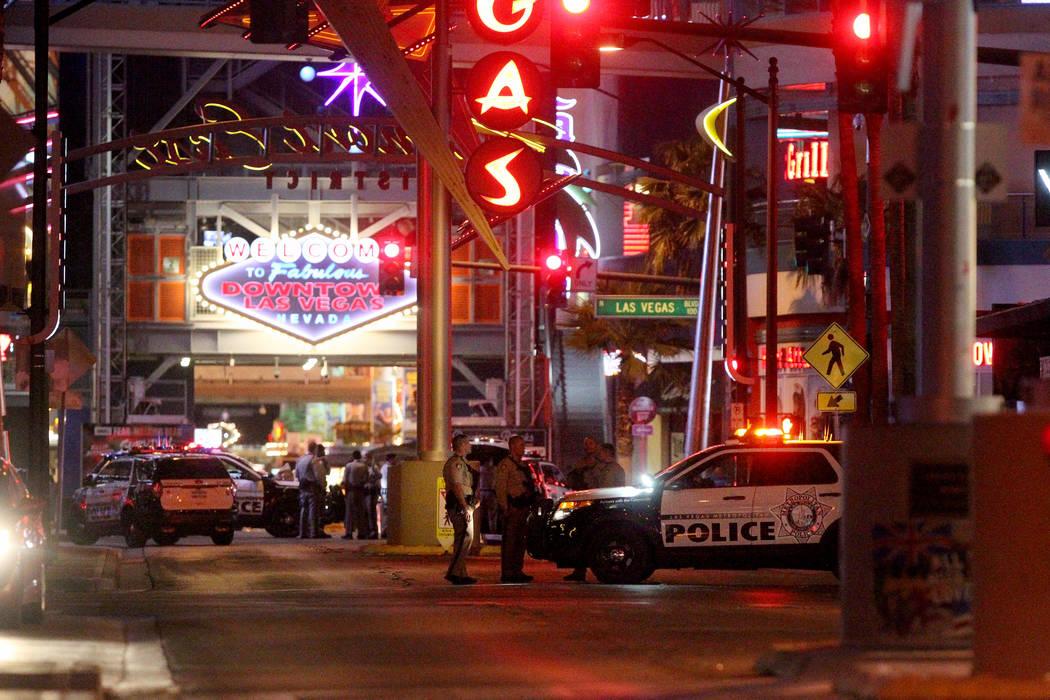 La Policía de Las Vegas Cierra el acceso a Fremont Street Experience en Las Vegas Boulevard, en el centro de Las Vegas, el lunes 2 de octubre de 2017, después de un tiroteo en masa en El Strip q ...