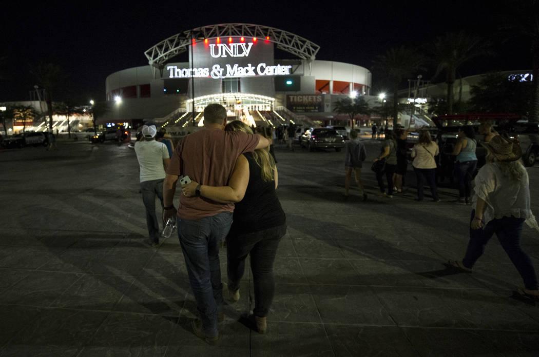 Asistentes al Harvest Festival Route 91 son evacuados al Thomas and Mack Arena el lunes 2 de octubre de 2017, después de una situación de tiroteo en el Strip de Las Vegas.  Richard Brian Las Veg ...