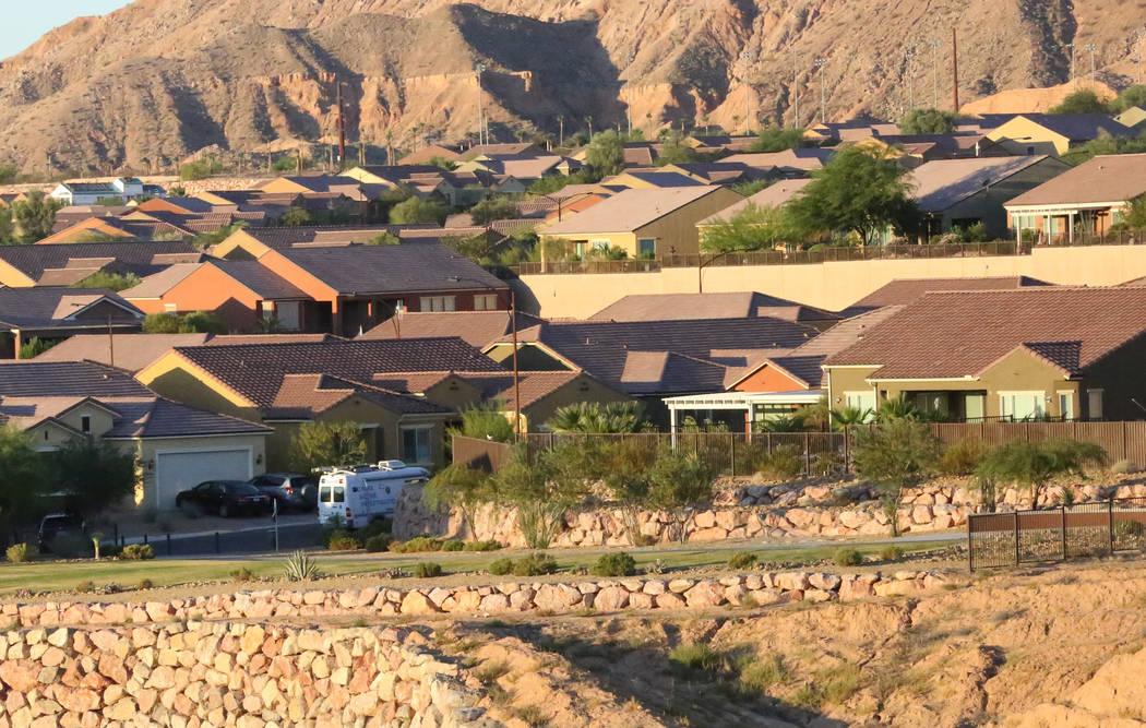 El vecindario de Mesquite, donde Stephen Paddock vivía con una furgoneta blanca de investigación de escenas de crimen en la calle. Michael Quine / Las Vegas Review-Journal @ Vegas88s