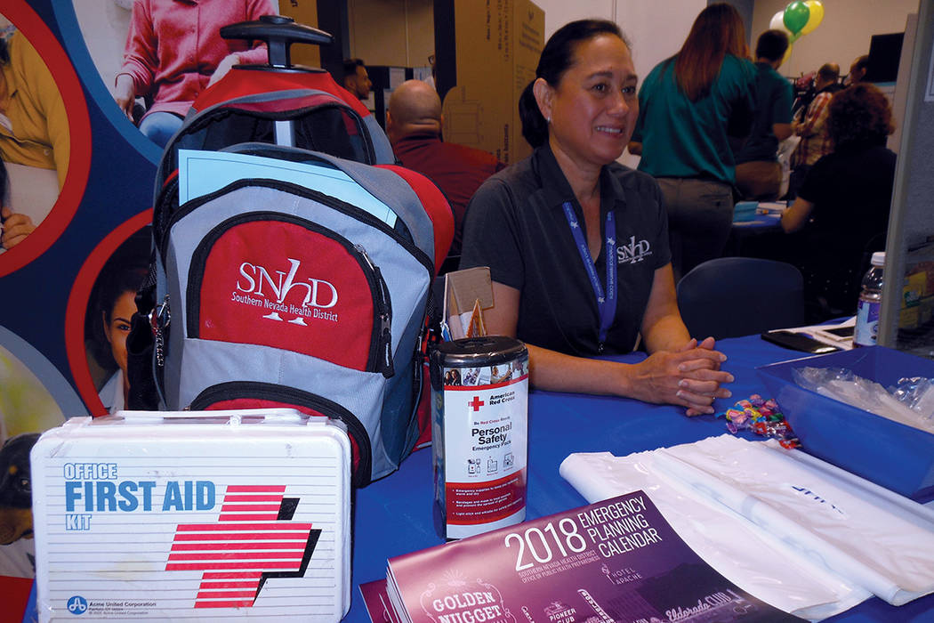 """La instructora Wendy Pagan en el puesto de """"Preparación de emergencias"""", dijo que prevenir es fácil, durante la Expo Salud Ambiental, el 26 de septiembre del 2017.   Fotos Valdemar González ..."""