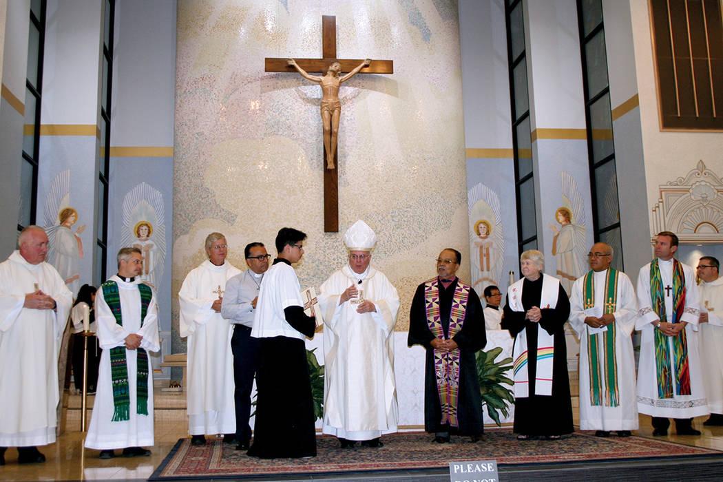 El obispo de la diocesis de Las Vegas, Joseph Pepe (al centro) a punto de dar la bendición final de una misa especial por los migrantes y refugiados, el 27 de septiembre. Lo acompañan líderes d ...