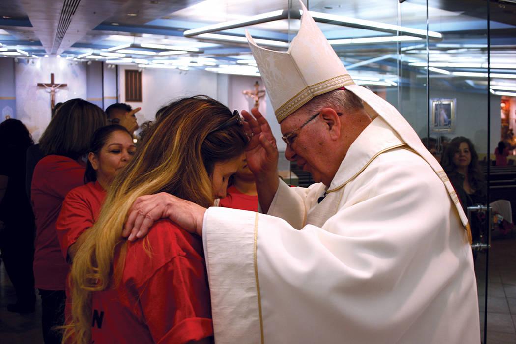 El obispo Joseph Pepe da la bendición a una trabajadora miembro de la Unión Culinaria. | Foto Valdemar González / El Tiempo.
