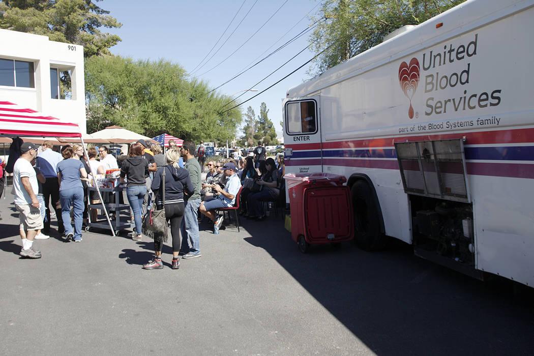El centro médico de la Universitario de la zona de donación de sangre en su estacionamiento en Las Vegas, el lunes 2 de octubre de 2017. UMC establecer un área de donación de sangre para ayuda ...