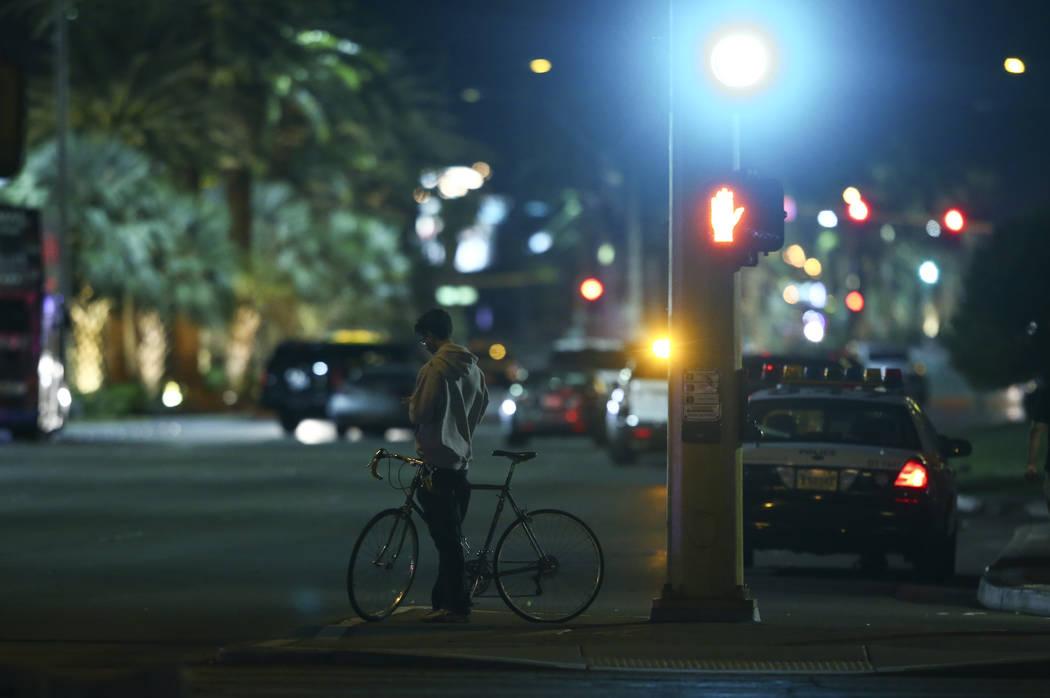 Un hombre digiere la escena fuera de los terrenos del festival de la Ruta 91 durante las primeras horas del lunes, 2 de octubre de 2017, después de una situación de tirador activo que dejó 59 m ...