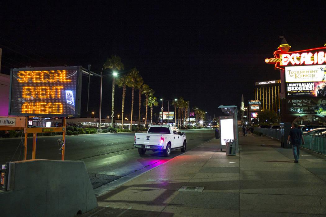 Una vista hacia a lo largo del Las Vegas Boulevard durante las primeras horas del lunes, 2 de octubre de 2017, después de una situación activa del tirador que dejó 59 muertos y sobre 500 herido ...