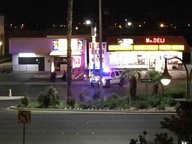 Una parte del Las Vegas Boulevard South podría permanecer cerrada la mayor parte de la semana mientras los investigadores continúan buscando en a escena de crimen donde 59 personas murieron el d ...
