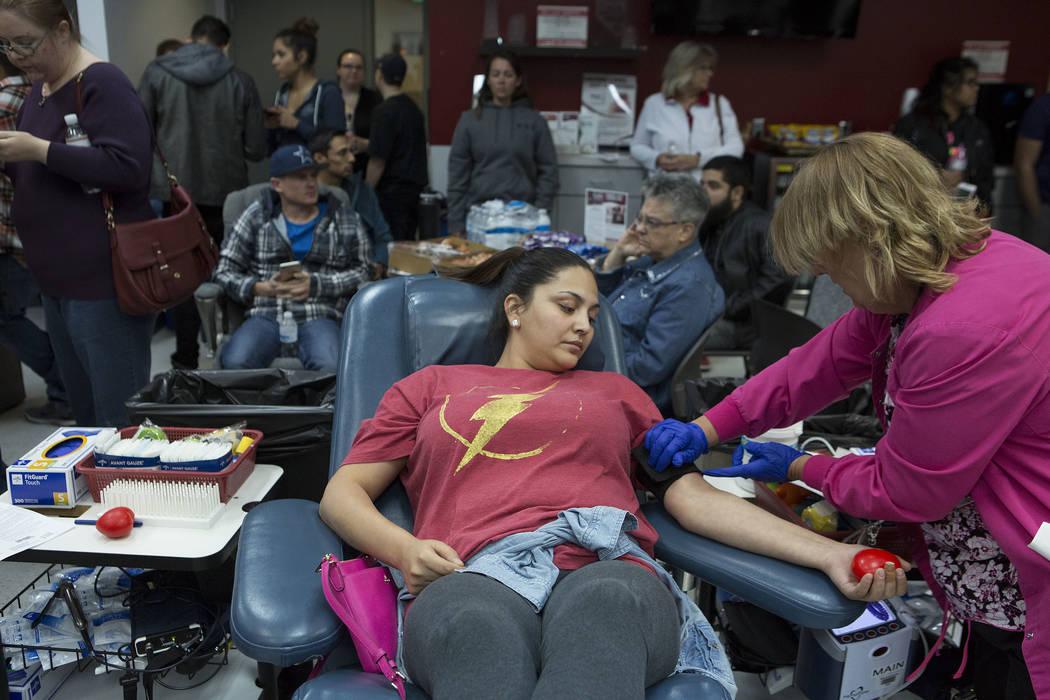 Stephanie Ferris dona sangre a United Blood Services en Las Vegas el lunes 2 de octubre de 2017, luego de un tiroteo en la Franja que dejó 59 muertos y más de 500 heridos el domingo por la noche ...