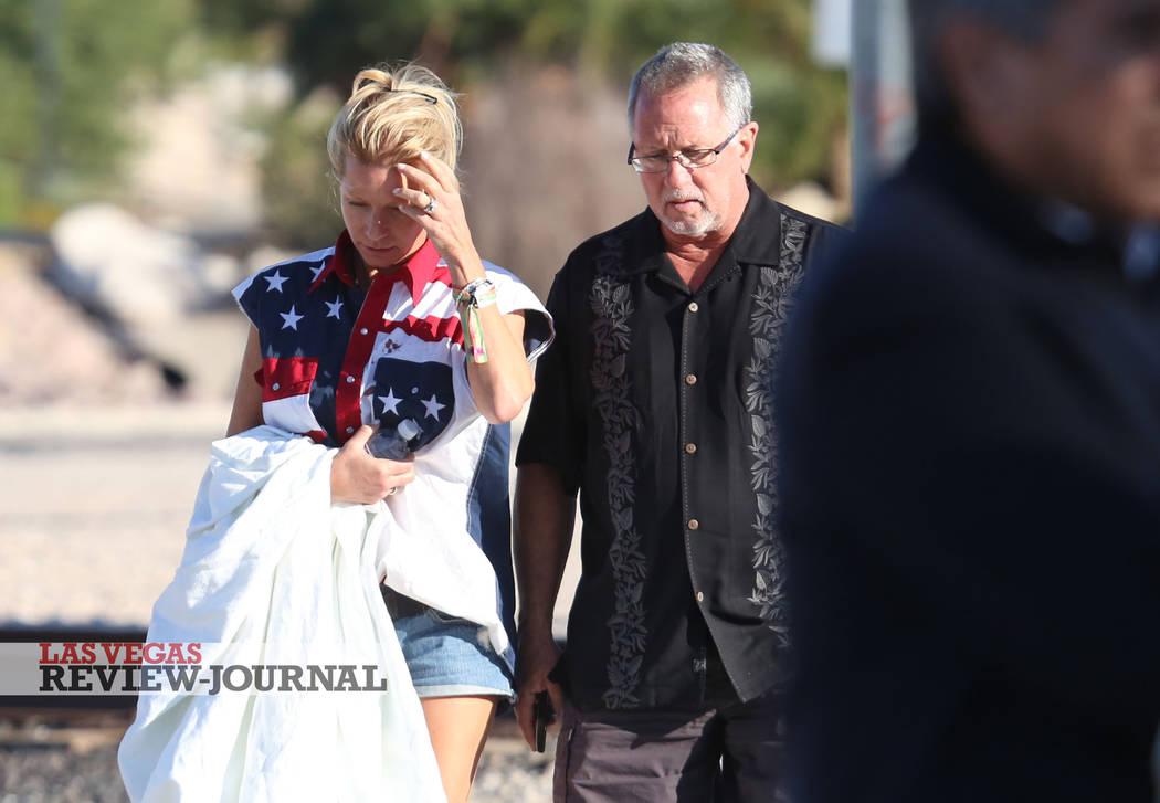 Kathy Boggio-Mocnik, a la izquierda, y su esposo, Gary Mocnik, ambos de Aliso Viejo, California, regresan al hotel-casino de Mandalay Bay el lunes 2 de octubre de 2017, donde murieron al menos 59  ...