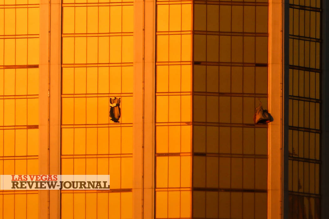 Las ventanas de Mandalay Bay están rotas después de un tiroteo, dejando al menos 59 muertos y 500 heridos en Las Vegas, el lunes 2 de octubre de 2017. Joel Angel Juárez Las Vegas Review-Journal ...
