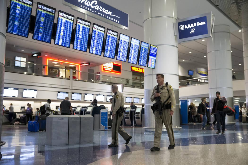 Un oficial de policía de Las Vegas patrulla la Terminal 1 en el Aeropuerto Internacional McCarran en Las Vegas, el lunes 2 de octubre de 2017. Erik Verduzco / Las Vegas Review-Journal
