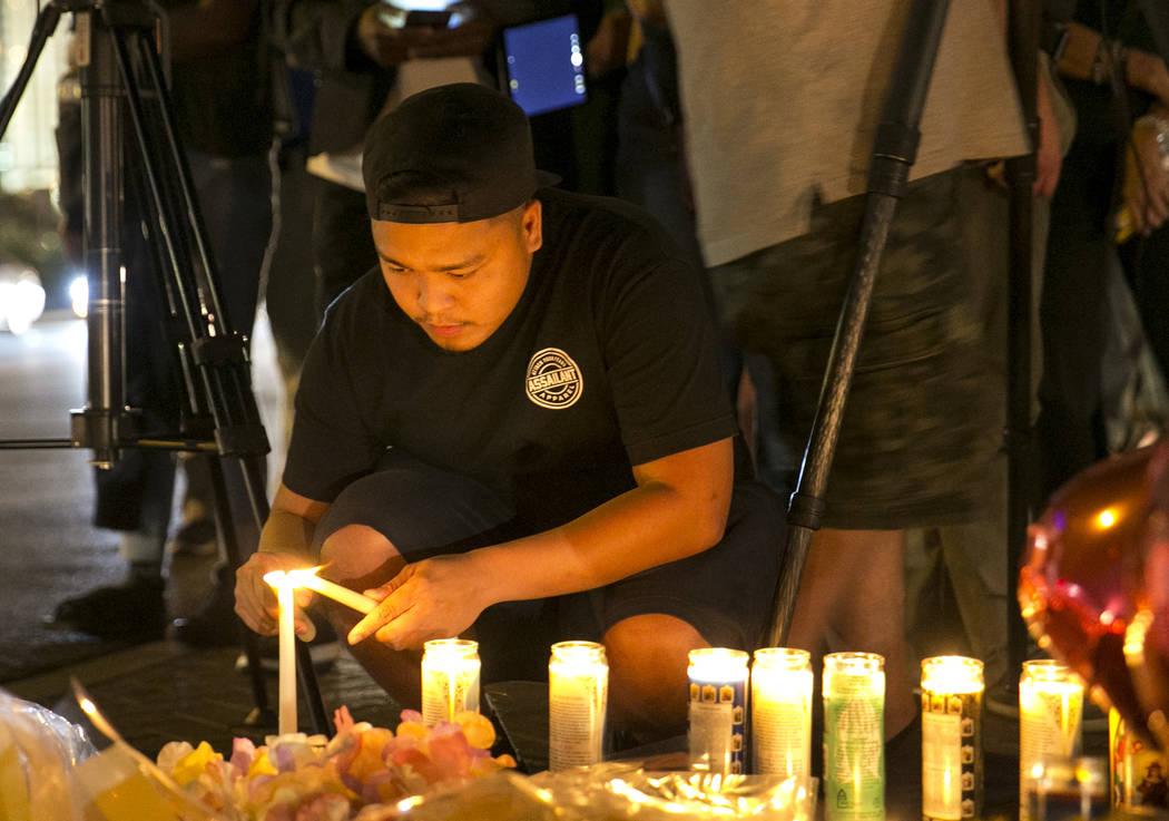 Las personas visitan un monumento improvisado para las víctimas de la Masacre de tiroteo en masa de la Ruta 91 situado en Las Vegas Boulevard y Reno Avenue en Las Vegas, el martes 3 de octubre de ...