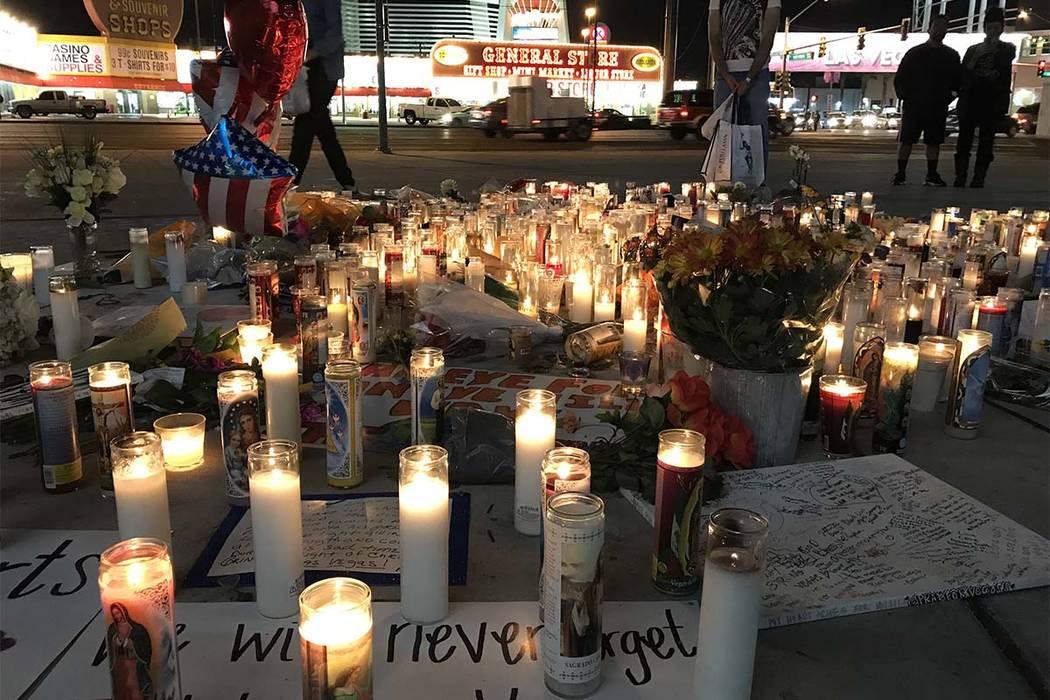 Un monumento improvisado para las víctimas del tiroteo en masa de la Fiesta de la Ruta 91 se encuentra en la intersección de la avenida Strip y Sahara, el miércoles 4 de octubre de 2017. (Madel ...