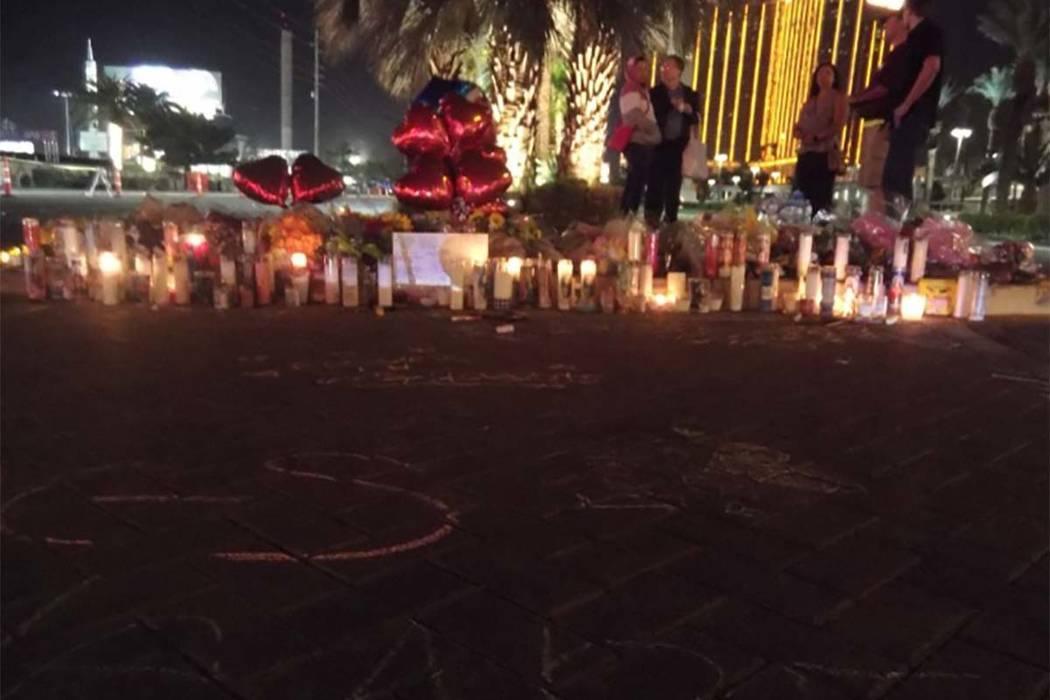 Un monumento improvisado se ha establecido fuera de la sala de conciertos, donde cientos de personas fueron baleadas y 58 muertos. (Max Michor / Las Vegas Review-Journal)