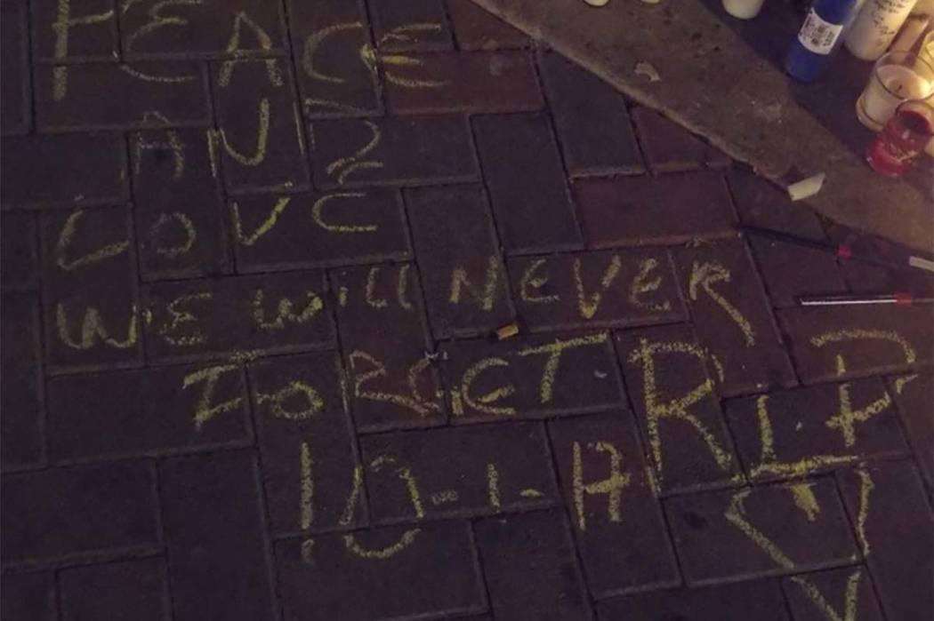 Un mensaje es dejado en una acera fuera del sitio del Festival de la Cosecha. (Max MIchor / Las Vegas Review-Journal)