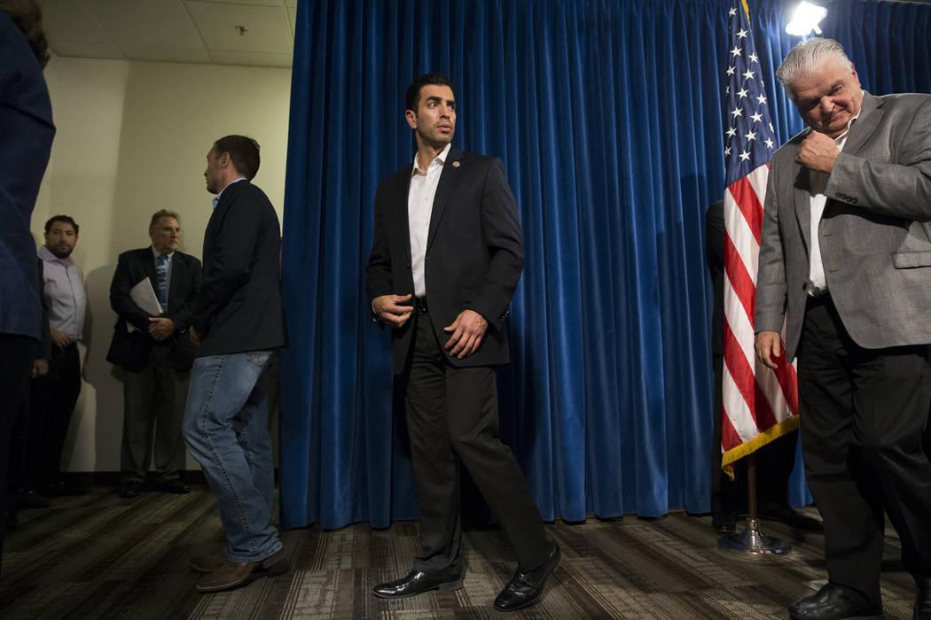 El representante de los Estados Unidos Ruben Kihuen, D-Nev., Y el comisionado del condado de Clark, Steve Sisolak, después de una conferencia de prensa sobre el tiroteo masivo, en el cuartel gene ...
