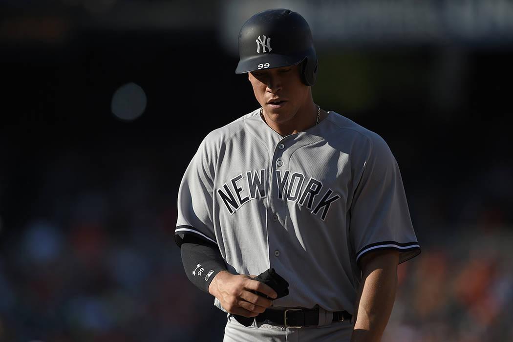 Aaron Judge, de los New York Yankees, se mantiene en primer lugar durante un partido de béisbol contra los Orioles de Baltimore, el lunes 4 de septiembre de 2017, en Baltimore. Los Yankees ganaro ...