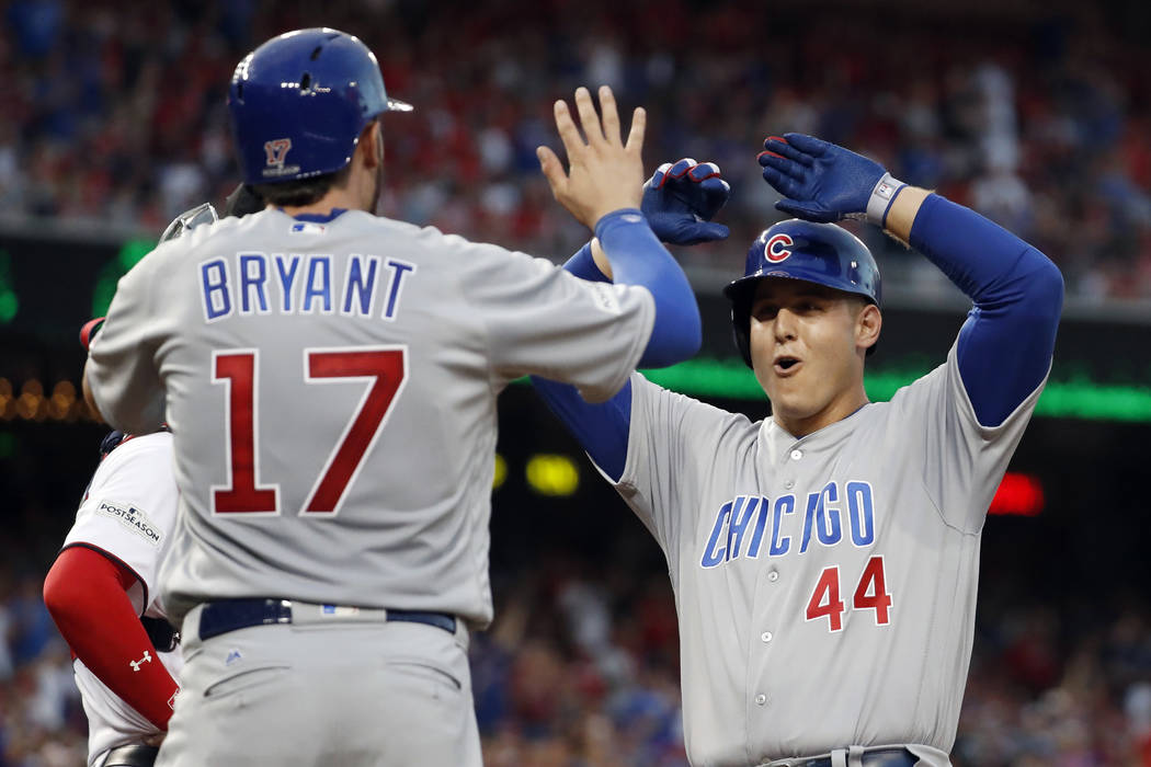 Anthony Rizzo (44) de los Chicago Cubs celebra tocar a Kris Bryant (17) por un jonrón de dos carreras durante la cuarta entrada del Juego 2 de la Serie de División de la Liga Nacional de béisbo ...
