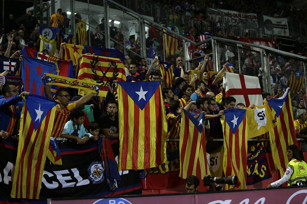 """Los simpatizantes sostienen """"estalada"""" o bandera pro independencia y carteles que piden votar Sí en un referéndum de independencia planeado durante el partido de fútbol español de La Liga entr ..."""