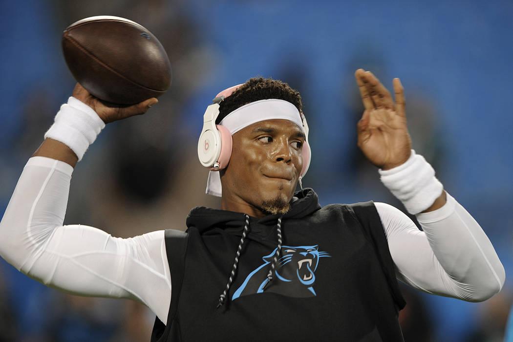 Carolina Panthers, Cam Newton calienta antes de un partido de fútbol de la NFL contra los Philadelphia Eagles en Charlotte, N.C., el jueves 12 de octubre de 2017.   AP / Mike McCarn.
