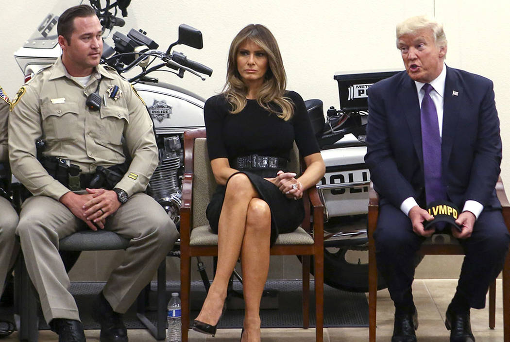 El presidente Donald Trump y la primera dama Melania Trump se reunen con el oficial Casey Clarkson, a la izquierda, y otros primeros en responder en el cuartel general del Departamento de Policía ...