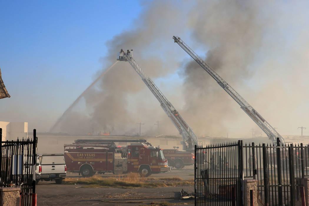 Los bomberos de Las Vegas luchan contra un incendio de dos alarmas en el 900 W. Bonanza Road, el antiguo sitio del Moulin Rouge, cerca del centro de la ciudad el jueves, 5 de octubre de 2017, en L ...