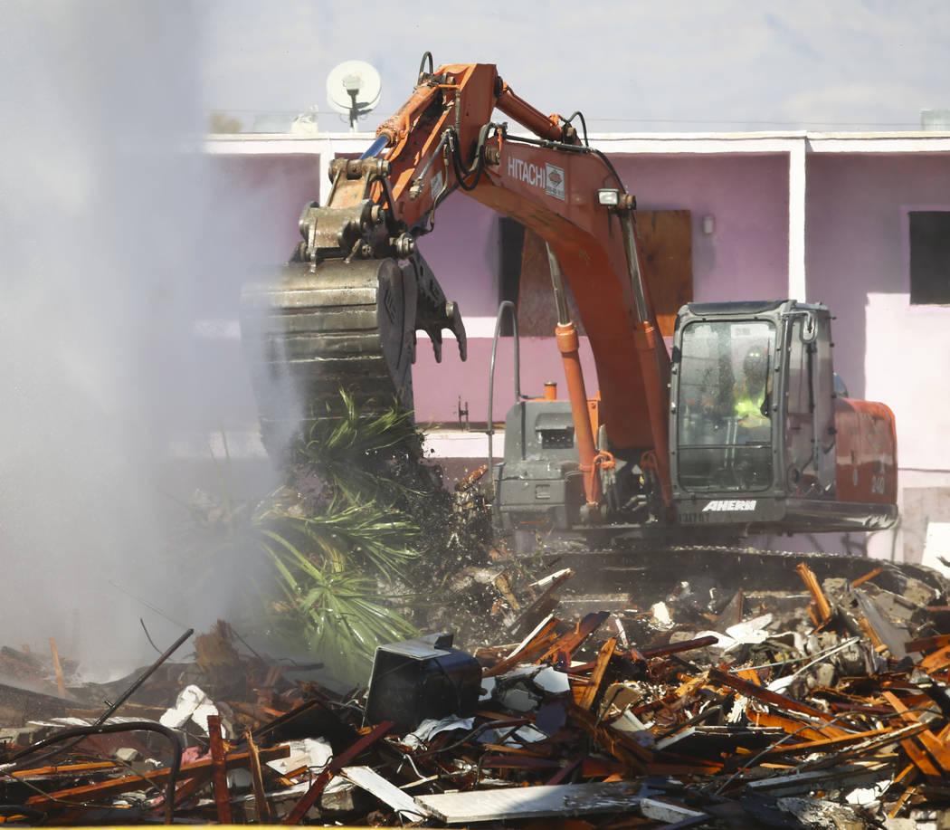 Los bomberos y los equipos de demolición trabajan la escena después de un incendio que devoró el histórico Moulin Rouge en Las Vegas el jueves, 5 de octubre de 2017. Chase Stevens Las Vegas Re ...