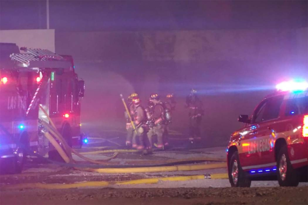 Los bomberos de Las Vegas luchan contra un incendio de dos alarmas en departamentos vacíos en el 900 W. Bonanza Road, donde se encontraba el Moulin Rouge, el jueves 5 de octubre de 2017. (Alex Pe ...
