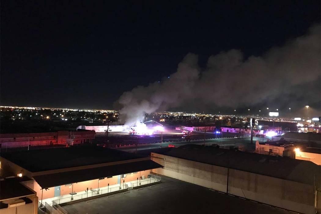 Un incendio en un edificio de departamentos vacíos en el antiguo sitio del Moulin Rouge en el 900 W. Bonanza Road se puede ver desde el techo del Las Vegas Review-Journal el jueves 5 de octubre d ...