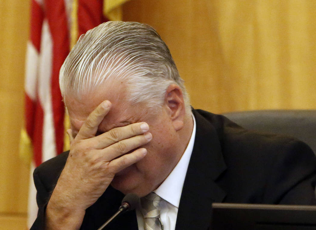 Steve Sisolak, Comisionado del Condado de Clark, se emociona al hablar sobre el tiroteo masivo de la Ruta 91 durante la reunión de la Comisión del Condado de Clark el miércoles 4 de octubre de  ...