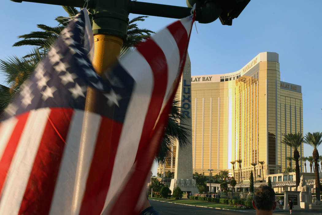 Una bandera americana ondea en un monumento improvisado para las víctimas de la ruta 91 el miércoles, 4 de octubre de 2017 en el  Las Vegas Blvd. cerca del Mandalay Bay en Las Vegas. Bizuayehu T ...