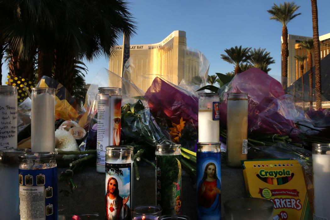 Flores y velas se colocan en un memorial improvisado para las víctimas de  la ruta 91 el miércoles, 4 de octubre de 2017 en el  Las Vegas Blvd. cerca del Mandalay Bay en Las Vegas. Bizuayehu Tes ...