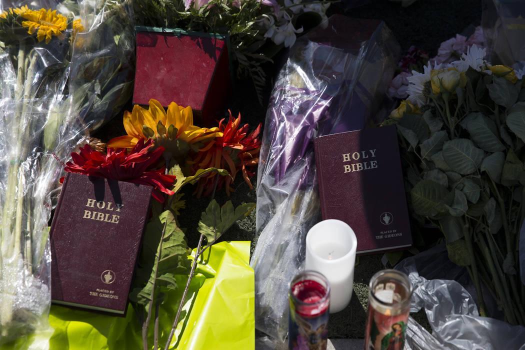 Un monumento conmemorativo para las víctimas de tiroteo en masa, en la intersección de Las Vegas Boulevard South y Reno Avenue en Las Vegas, miércoles, 4 de octubre de 2017. Erik Verduzco / Las ...
