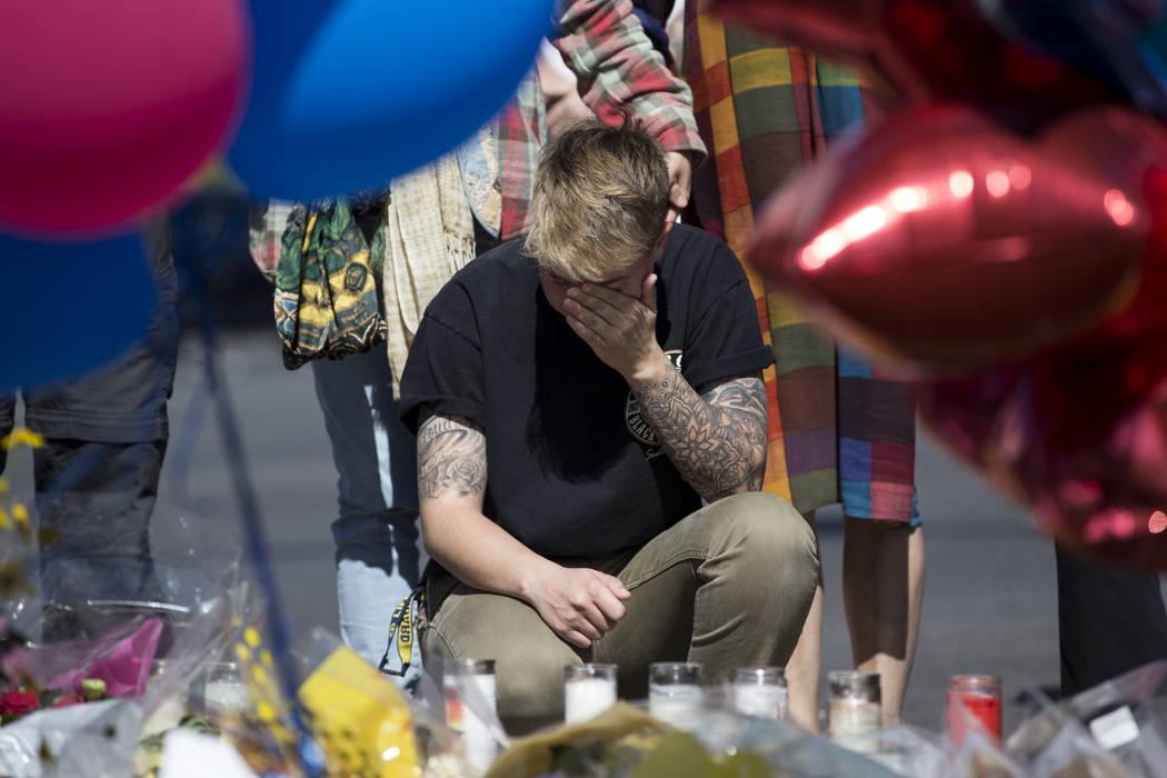 Bry Thompson, residente de Las Vegas, enfrente de un monumento conmemorativo para las víctimas del tiroteo de la noche del domingo, en la intersección de Las Vegas Boulevard South y Reno Avenue, ...