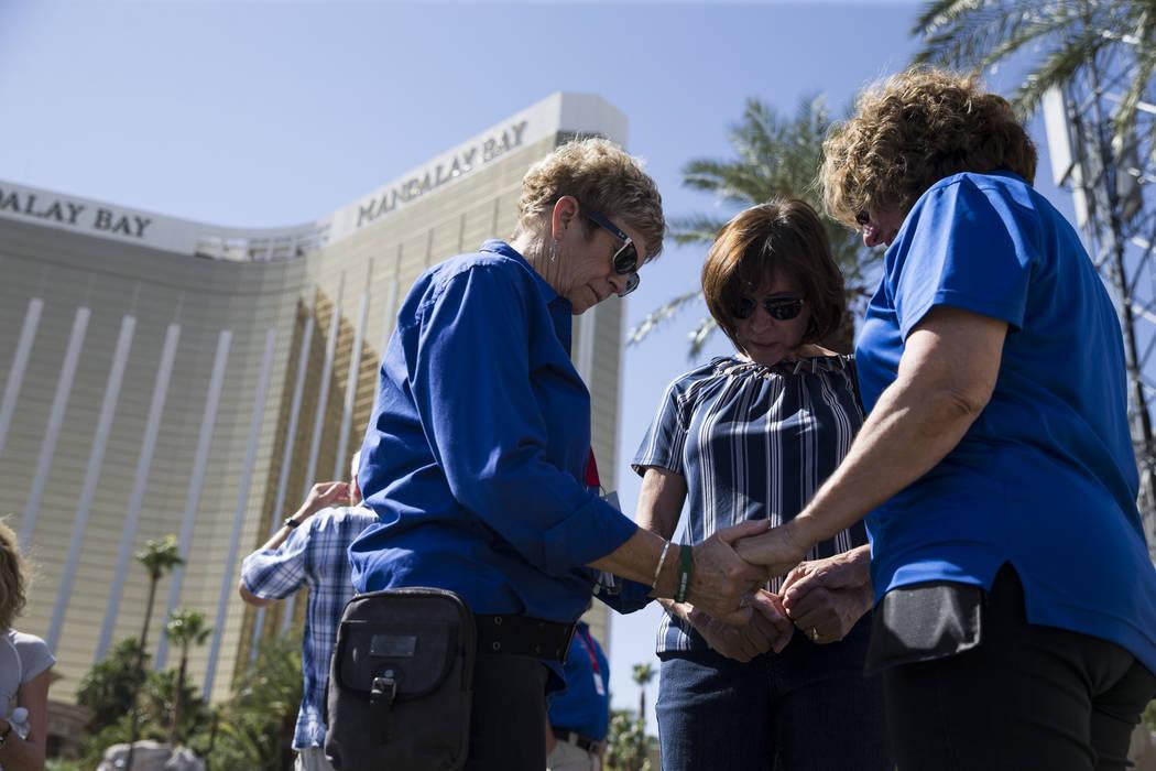 Judy Porte de Las Vegas, en el centro, con los capellanes del equipo de respuesta rápida de Billy Graham, Katherine Zemke, a la izquierda, y Christy Willis de Albuquerque, NM, cerca de la escena  ...