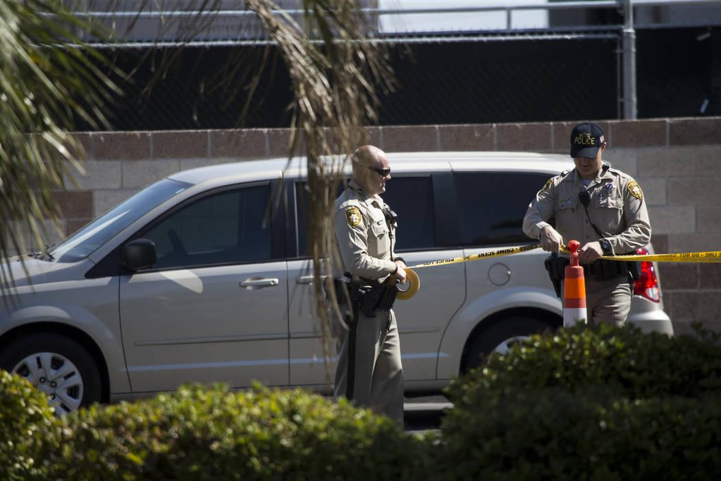 Los agentes de policía de Las Vegas cerca de la escena del tiroteo de la noche del domingo en Las Vegas Boulevard South en Las Vegas, cerca del hotel casino Mandalay Bay, el miércoles 4 de octub ...